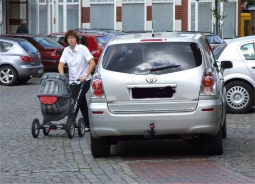 Wie hier in Ankum erschweren wild parkende Autos das Fortkommen von Menschen mit und ohne Behinderungen.