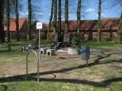 Die Lore steht in Alfhausen vor einem Bahnhof, der keiner mehr ist.