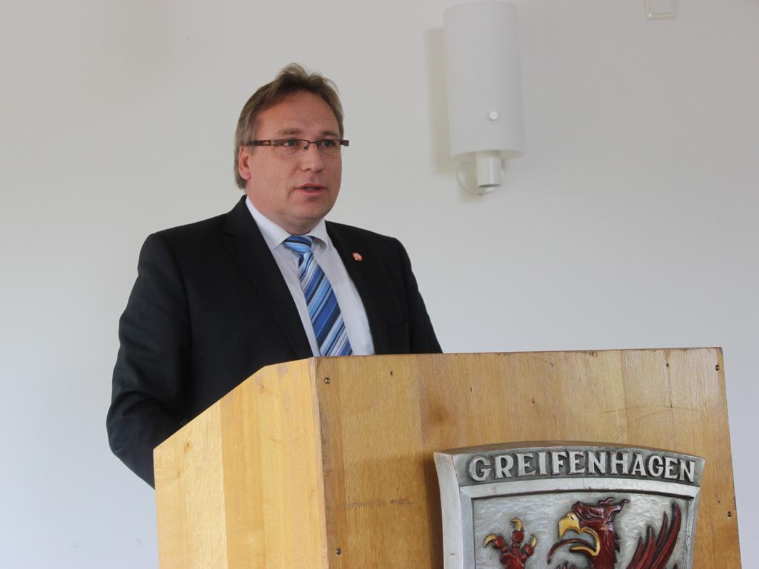 Dr. Horst Baier, Bürgermeister der Samtgemeinde Bersenbrück, bei seiner Rede anlässlich des 30. Heimat- und Patenschaftstreffens 2015 des Heimatkreises Greifenhagen am 24. Mai 2015.