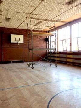 Derzeit werden in der alten Turnhalle zwei Räume für den Schulbetrieb geschaffen.