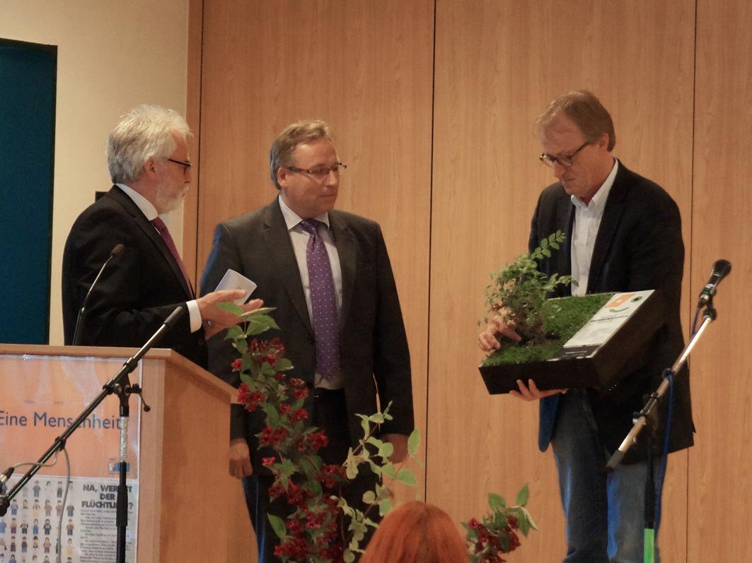Die Oberschulen stärken: Samtgemeinde-Bürgermeister Dr. Horst Baier (Bildmitte) feierte in Ankum die neuen Räumlichkeiten der Oberschule. Rechts der Architekt Klemens Hölscher.