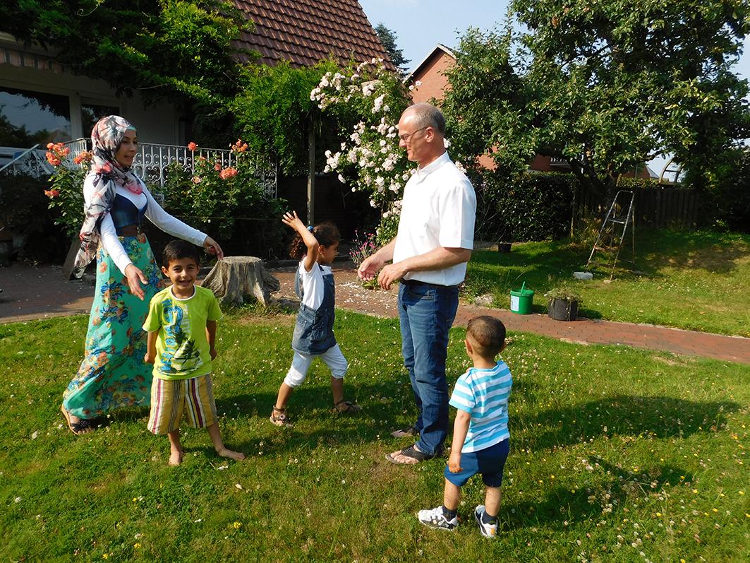 Diakon Roland Wille von der Kath. Kirchengemeinde St. Johannis freut sich mit Mutter Ster über die Unbeschwertheit der Kinder.