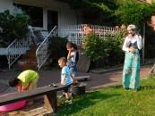 An diesem heißen Tag ist die Wanne mit Wasser für die Kinder ein Magnet.
