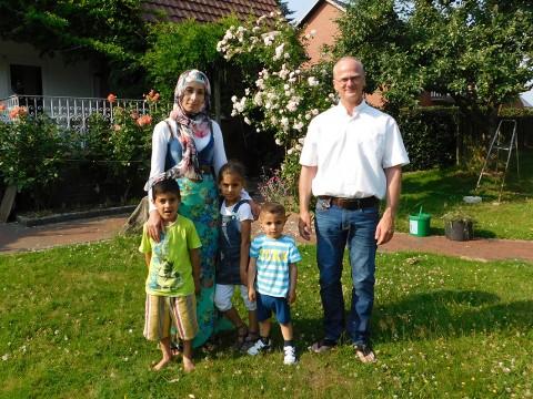 """Diakon Wille mit seinen """"Schützlingen"""": In Alfhausen klappt das Zusammenleben bestens."""