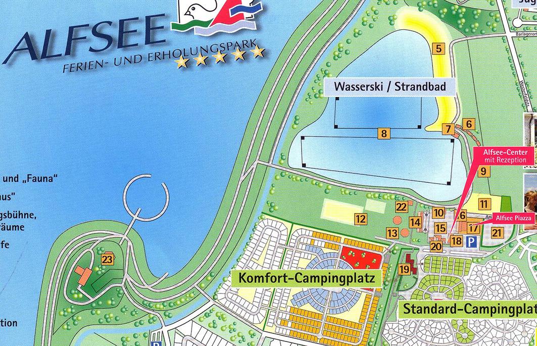 """Die """"Seeterrassen"""" liegen links, abseits des Urlaubszentrums (Nr. 23), """"BeachBar"""" und """"Bistro"""" bei der Wasserskianlage (Nr. 6 und 7)."""