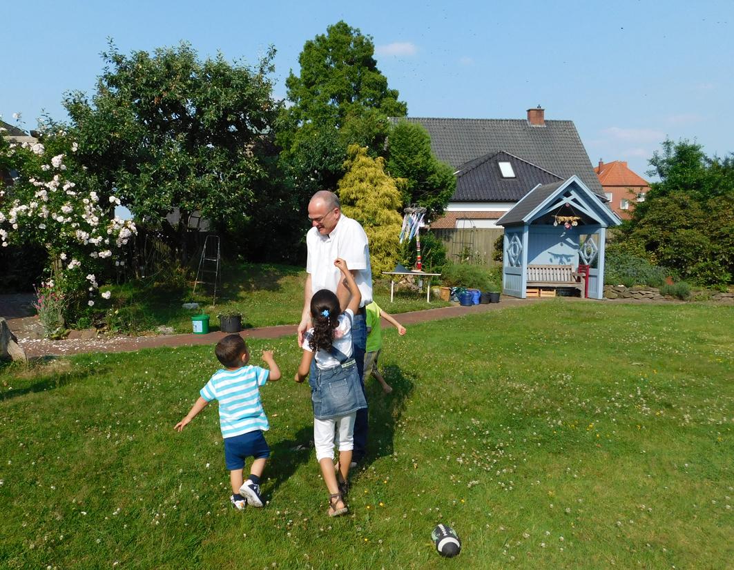 Haben Spaß miteinander: Diakon Roland Wille und zwei der syrischen Kinder.
