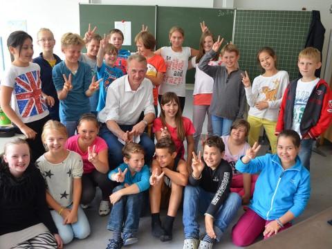 Bürgermeister Klütsch, hier bei einem Besuch der Grundschule, möchte Schüler fürs Museum begeistern.