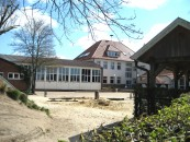 Gehrde nutzt seit Kurzem die alte Turnhalle (links) als Pausenraum.