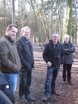 Sich informieren: Ankums Bürgermeister mit UWG-Mitgliedern bei der Besichtigung eines Waldkindergartens.