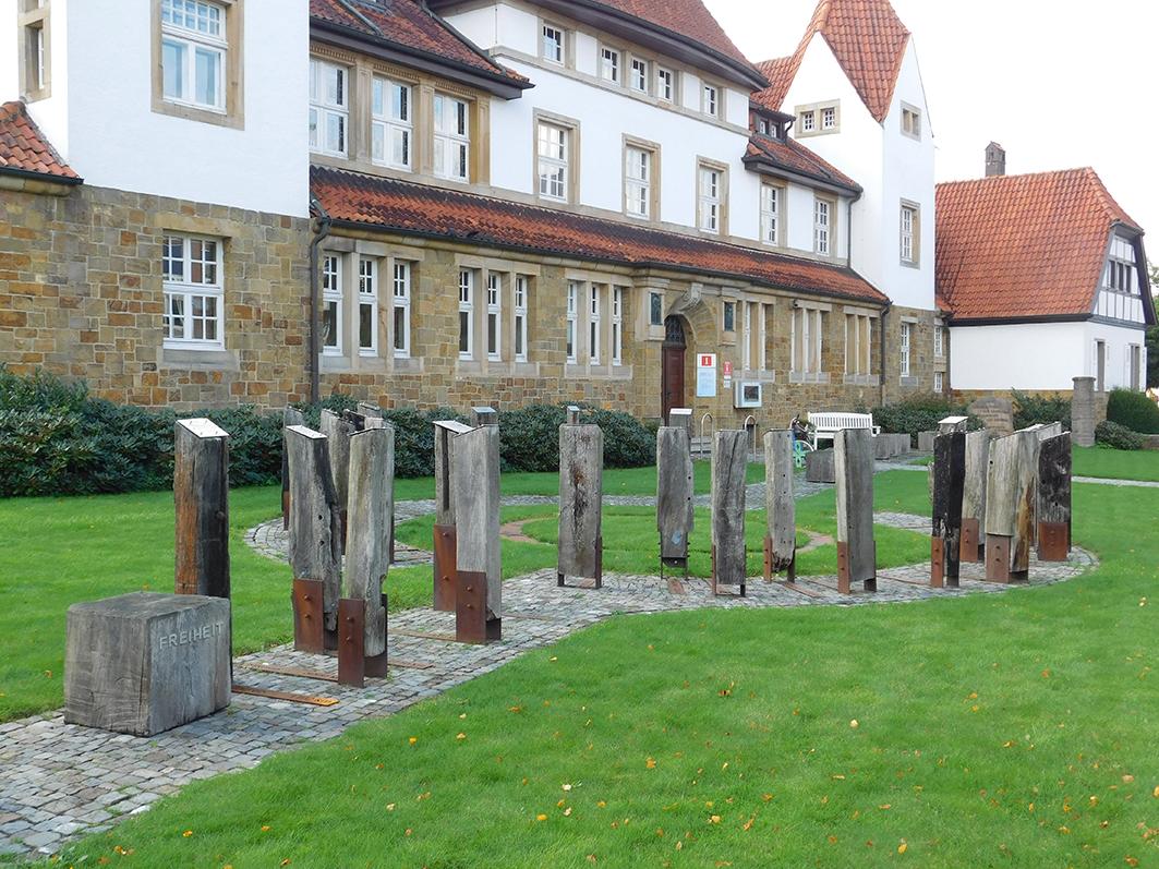 Trieb-Kunstwerk am Bersenbrücker Rathaus – mit sehr lesenswerten Texten auf den Stelen.