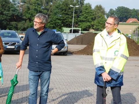 Links Rainer Kavermann, der Fraktionssprecher der Grünen im Kreistag. Die Kreistags-Grünen hatten Minister Meyer eingeladen. Rechts: Awigo-Geschäftsführer Christian Niehaves.