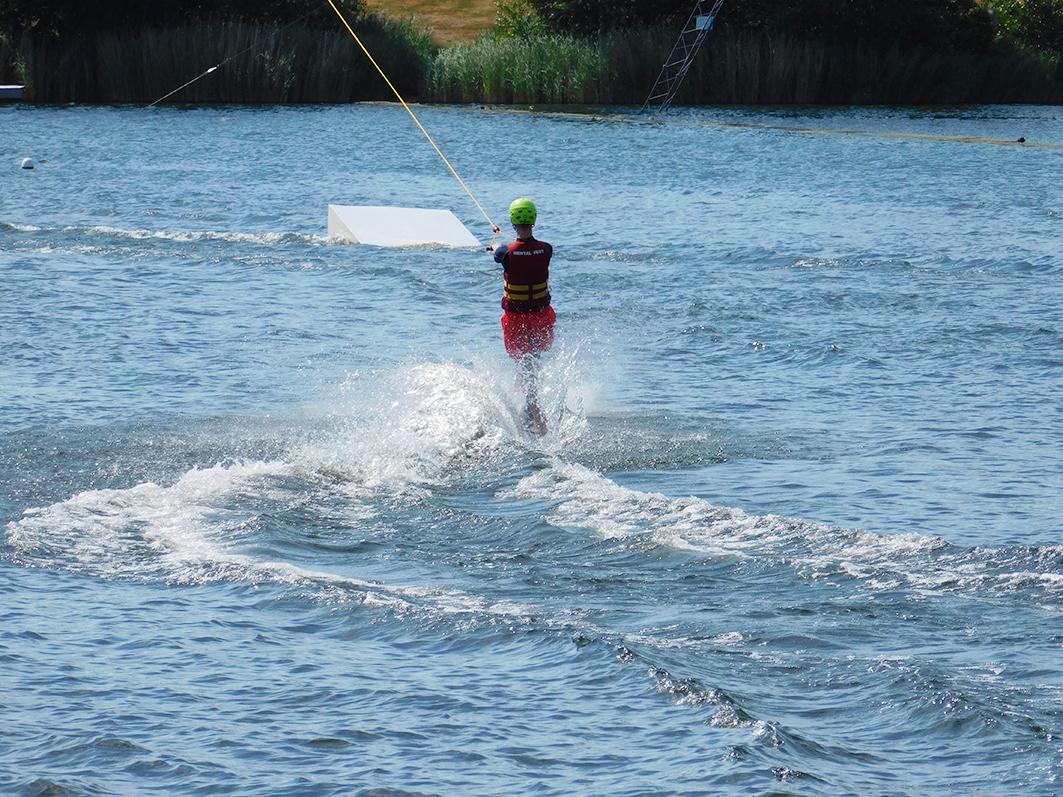 Die Wassersportattraktion am Alfsee ist die Wasserskianlage. Derzeit wird dort die Europameisterschaft ausgetragen.