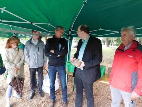 In Bersenbrück erläuterte Johannes Hinkamp, Energiegewinnung Nawaros, was dort an Wertstoffen aus Grünabfall entsteht.