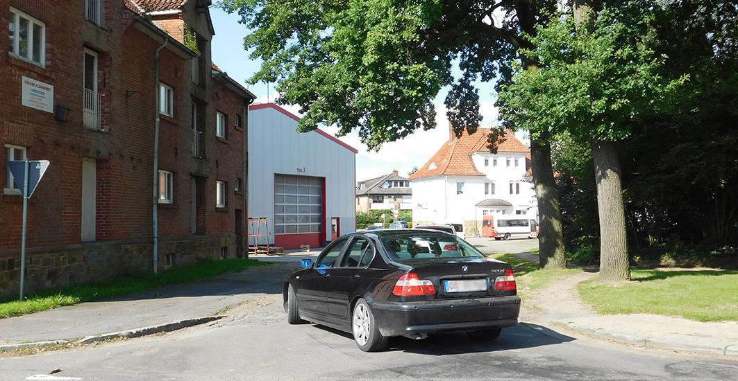 Bei der Variante 2 würde der Verkehr durch eine Schleppkurve über die Straße Harrenberg zum Kreisverkehr am Bahnhof geführt.