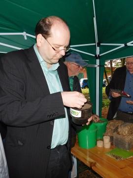Höchst interessiert an alles Details: Niedersachsen Landwirtschaftsminister Christian Meyer.