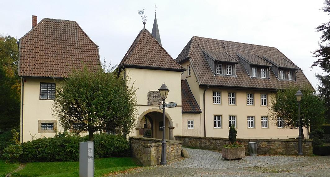 Auf der Tagesordnung des Ausschusses stehen die Sanierung der Klosterpforte und ein Konzept zur Nutzung dieses Wahrzeichens. Es geht um den linken Gebäudeteil. Der Teil rechts des Durchgangs ist Privatbesitz.