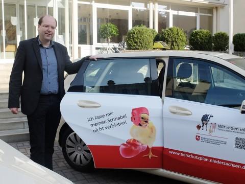 Niedersachsens Landwirtschaftsminister Meyer schickt als Tierschutz-Botschafterin auch ein kesses Küken auf Tour. © www.ml.niedersachsen.de