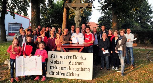 Eine Gruppe von Anwohnern der Alfhauserer Straße-Harrenberg überreichte Bürgermeister Detert Brummer-Bange ihr Positionspapier. © Foto Markus Heitmann.