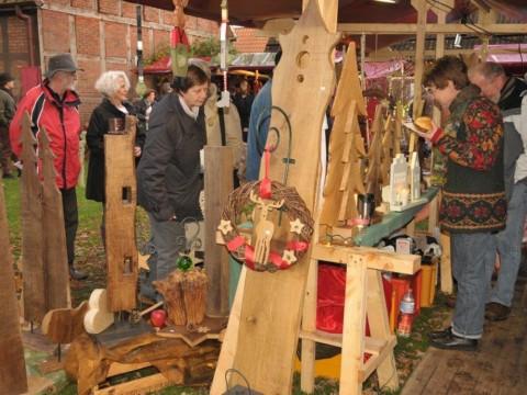 Eine Schau des Kunsthandwerks: Zahlreiche Stände laden zum Schauen, Shoppen und Genießen ein. © Foto: Hof Groneick.