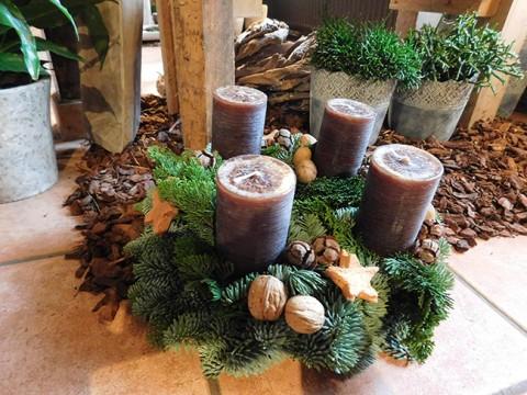 Adventskranz mit Kerzen in der Trendfarbe Kupfer.