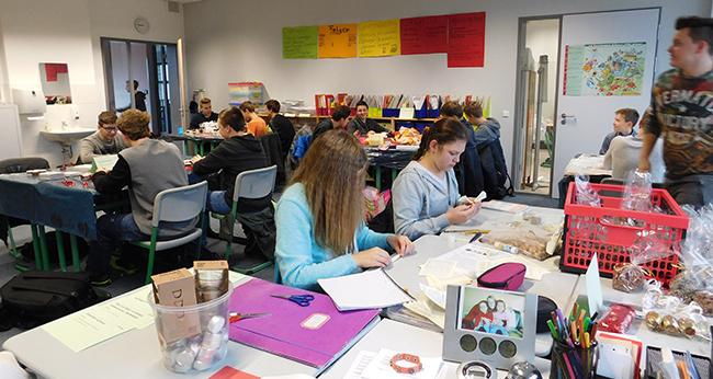 Mit Ernst und Spaß bei der Sache: Schülerinnen und Schüler des 8. Jahrgangs im Wahlpflichtkurs.