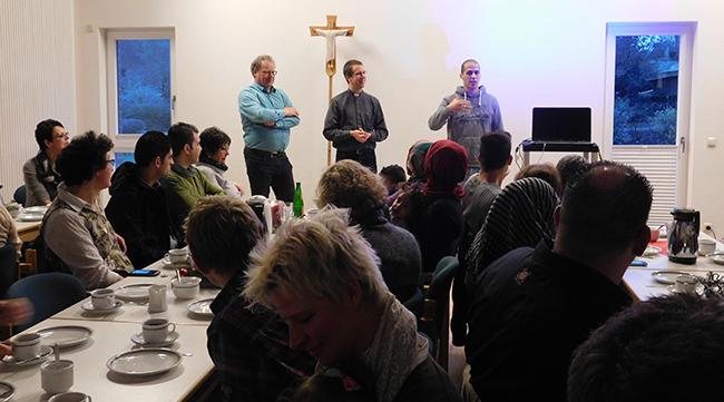 Engagierte Bürger holen, wie hier im Dezember in Ankum, Flüchtlinge durch Begleitung und gemeinsame Veranstaltungen in die Mitte der Gesellschaft.
