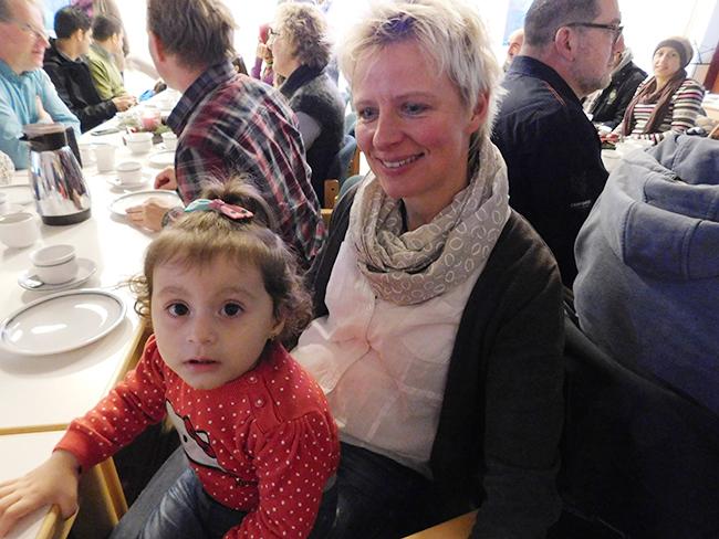 Adventliches Treffen mit Flüchtlingen in Ankum. Auch hier zeigte sich die gute Zusammenarbeit von Integrationslotsen und ehrenamtlichen Helfer. Im Vordergrund: Anja Gramann mit dem syrischen Flüchtlingskind Angela.