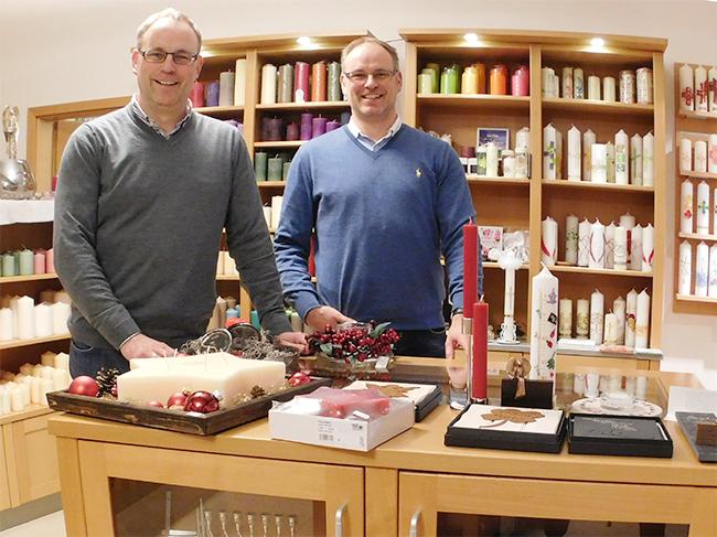 Die Zwillingsbrüder Markus Frerker (links) und Thomas Frerker sind Experten in Sachen Kerzen. Markus Frerker ist auch der Bürgermeister von Eggermühlen.