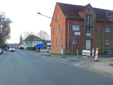 Am Eichenwäldchen an der Alfhausener Straße wurde gerade ein neuer Bürgersteig angelegt.