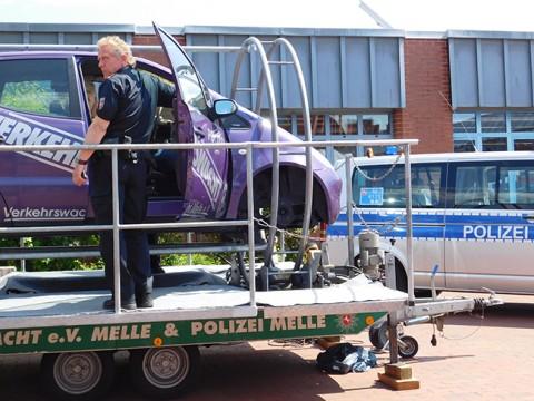Sich mit dem Auto überschlagen: Dass das kein Action-Spaß ist, konnten Schüler beim Verkehrssicherheitstag an der Bersenbrücker von-Ravensberg-Oberschule im Überschlagsimulator der Verkehrswacht und der Polizei erleben.