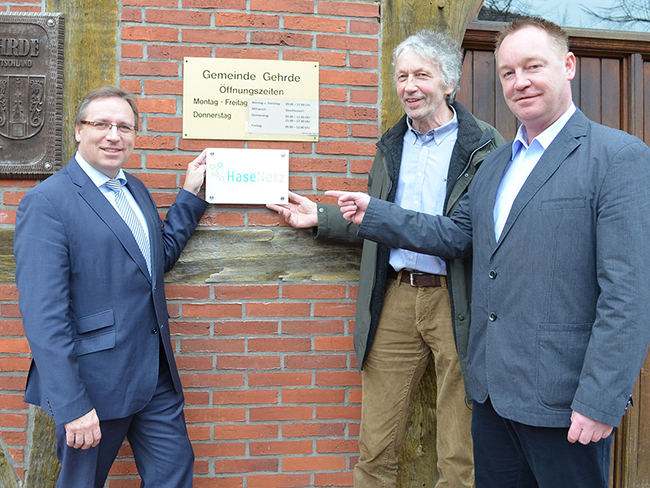 Gehrdes Bürgermeister Günther Voskamp (2. von rechts) freut sich mit Jan Wojtun und Samtgemeindebürgermeister Dr. Horst Baier (links) über den Firmensitz HaseNetz. Foto Samtgemeinde.