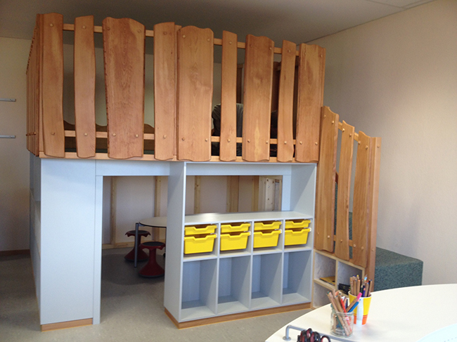 Abgegrenzt durch eine Holzpalisade: Eine Spiel- und Bewegungsfläche für die jungen Grundschüler. Darunter weiterer Raum. Foto Samtgemeinde.