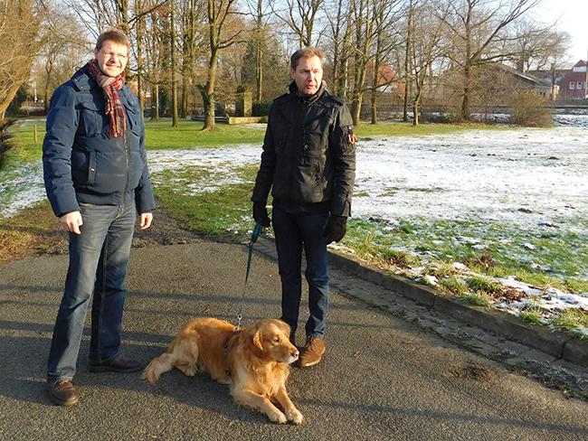 Lokaltermin in Rieste: Mit den beiden UWG-Mitgliedern Markus Revermann (links) und Ralf Richter.