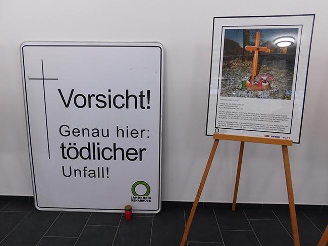 Vor der Aula eine Ausstellung mit Kreuzen, die an den Straßen an Unfalltote erinnern.