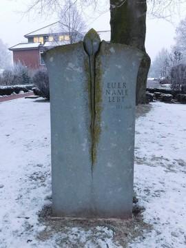 Gestaltet wurde das Mahnmal vom Steinmetz Uwe Ross.
