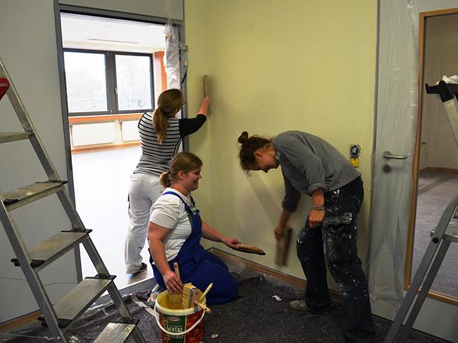 Eltern und eine Klasse der Fachschule Sozialpädagogik der Berufsbildenden Schulen in Bersenbrück waren bei den Malerarbeiten im Schulinneren mit dabei. Foto Samtgemeinde.