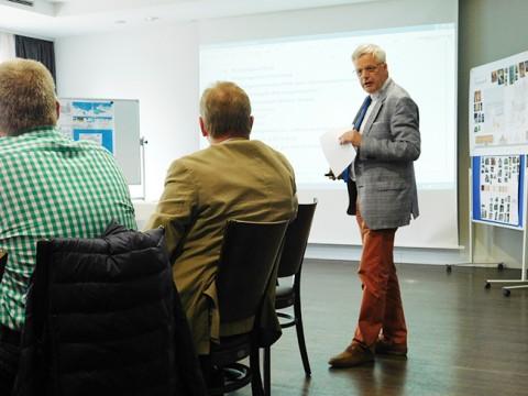 Großes Lob für Toni Harms. Ihm gegenüber auf dem Stuhl: Werner Lager, bei einer Präsentation der Alfsee-Projekte.