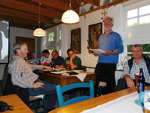 Im Kreis seiner UWG-Kolleginnen und Kollegen fühlt sich Dirk Raming gut aufgehoben.