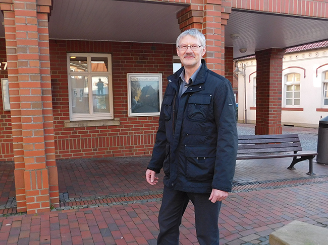 Ob Bürgermeister oder Universität: Wirtschaftsförderer Ewald Beelmann, hier vor dem Rathaus in Ankum, arbeitet mit vielen Menschen und Institutionen zusammen.