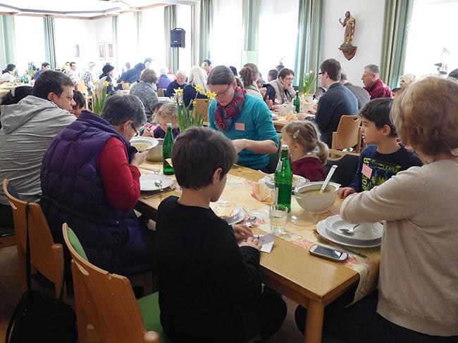 Bis auf den letzten Platz gefüllt: Gut 80 Menschen, Alfhausener und viele Neu-Bürger, ließen es sich schmecken und lernten sich noch besser kennen.