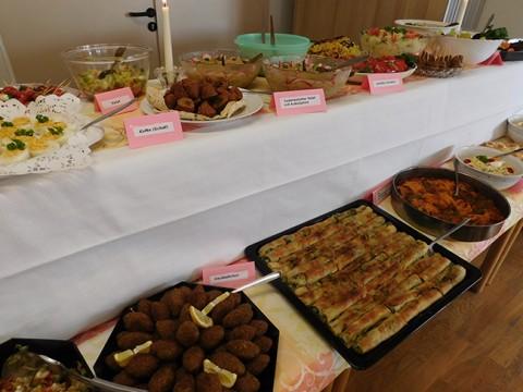 Das Buffet war prall gefüllt mit Leckereien und alle gingen mit Genuss auf eine kulinarische Entdeckungsreise.