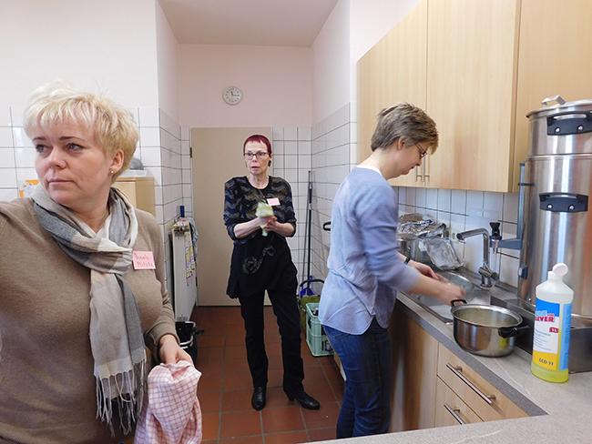 Hinter den Kulissen, in der Küche, wurde zugepackt, und hier entspann sich auch so manches interessante Gespräch.