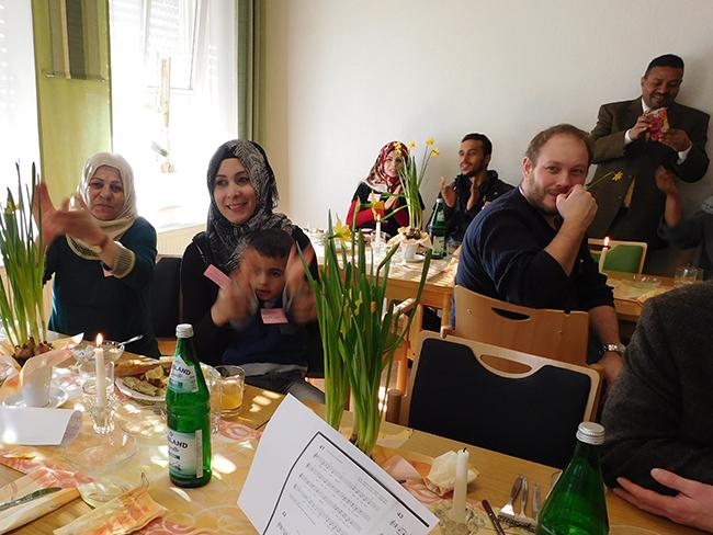 Familienglück fern der Heimat Syrien: Über Wassims musikalischen Auftritt freuen sich seine Mutter und Ehefrau Ster mit einem der beiden Söhne des Paares.