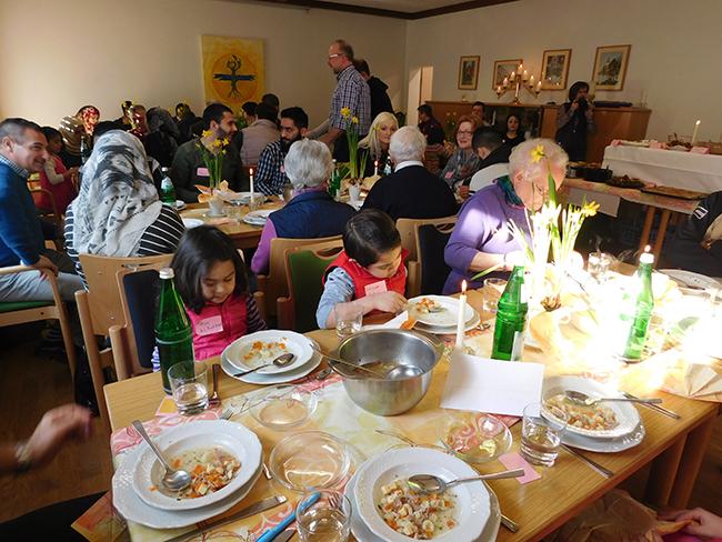 Die Hochzeitssuppe kam auch bei den Kindern gut an. Die Teller sind fast leergeputzt.
