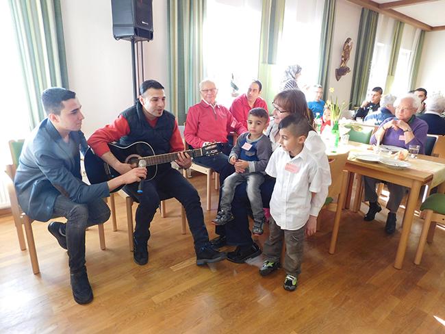 Große Aufmerksamkeit für ihn und viel Applaus: Wassim zeigte sein Talent als Gitarrespieler und Sänger.