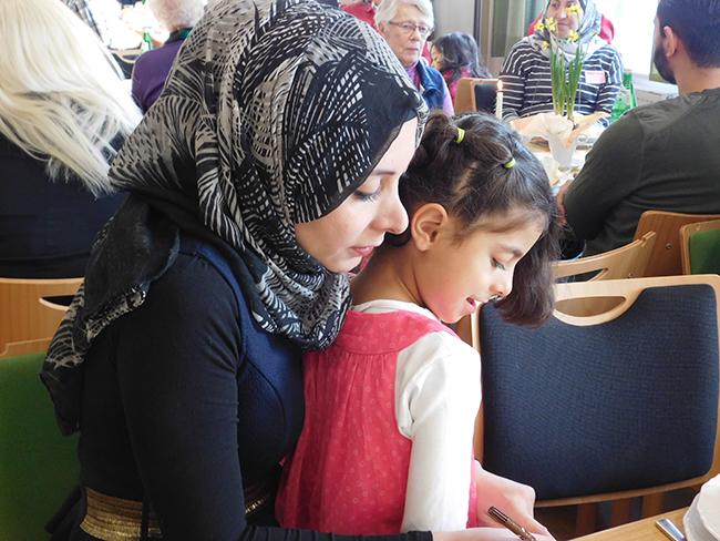 Seit 10 Monaten leben die Syrerin Ster und ihre Älteste, Tochter Zahra, in Alfhausen. Zahra geht inzwischen in die Schule. Mit Vater Wassim hat die fünfköpfige Familie – mit der Unterstützung engagierter Alfhausener – inzwischen gut in ihrem neuen Leben Fuß gefasst.