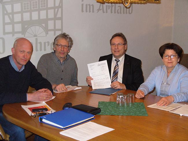 Freude in Gehrde. Von Links: Michael Lange, Günther Voskamp und Ingrid Thesing plus Samtgemeindebürgermeister Dr. Horst Baier. Foto: Gemeinde Gehrde.
