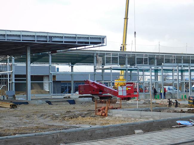Zum westlichen Ortsausgang hin entstehen gerade auf dem ehemaligen LNK-Gelände weitere Hallen.