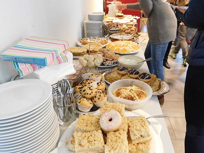 Zum großen Kuchen-Buffet hatten viele, Flüchtlinge wie Helferkreis, beigetragen.