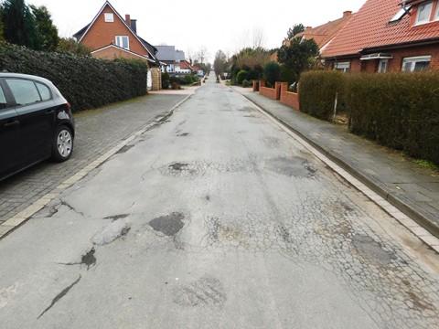 Im Wohngebiet nördlich des Tiefen Wegs sind so einige Straßen dringend sanierungsbedürftig.